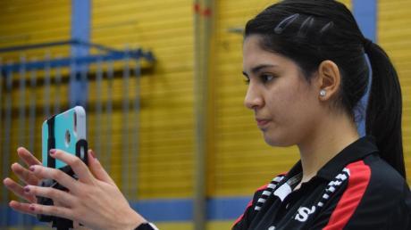 Langweids Nummer eins, Nathaly Paredes, bringt das Handy in Stellung, um die Spiele ihrer Mannschaftskameradinnen aufzuzeichnen. So können die jungen Langweiderinnen aus ihren fehlern lernen.