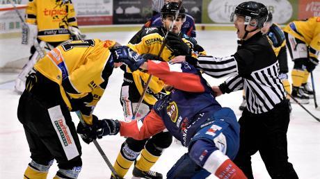 Im Spiel der Devils gegen Amberg mussten die Schiris oftmals einschreiten, wie hier im Duell des Ulmers Michael Simon (in blau).