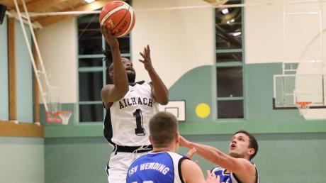 Henoch Nya-Ekombo (am Ball) war mit 21 Punkten der Aichacher Sieggarant im Heimspiel gegen den TSV Wemding