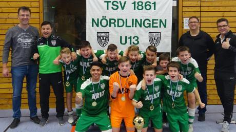 Die D-Junioren des TSV Nördlingen wurden Futsal-Kreismeister Donau-Ries. Links im grünen Trainingsanzug Trainer Kazim Temizel, rechts Co-Trainer Witalij Winter.