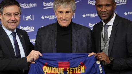 Der neue Barça-Coach Quique Setién (M.) bei seiner Vorstellung mit Club-Präsident Josep Maria Bartomeu (l) und Sportdirektor Eric Abidal.