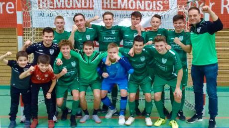 Nach dem Gewinn der Landkreismeisterschaften nun auch Sieger im Fußballkreis Donau: Die U17-Junioren des TSV Nördlingen mit Co-Trainer Robert Bosch (links) und Trainer Mark Merz (rechts).