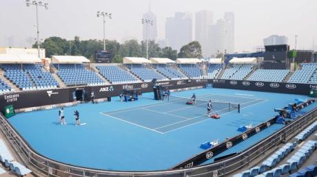 Die Rauchbelastung durch die Buschbrände setzt den Spielern der Australian Open zu. Bei dem Tennisturnier in Melbourne findet aktuell die Qualifikationsrunde statt.