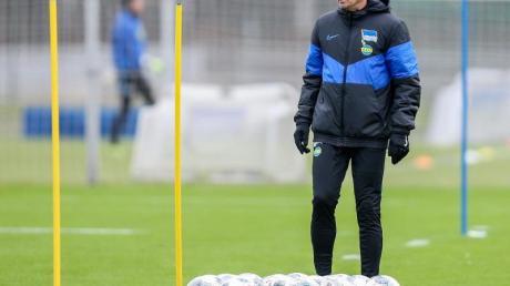 Muss wohl dem DFB noch eine gültige Fußballlehrer-Lizenz nachweisen:Herthas Trainer Jürgen Klinsmann.