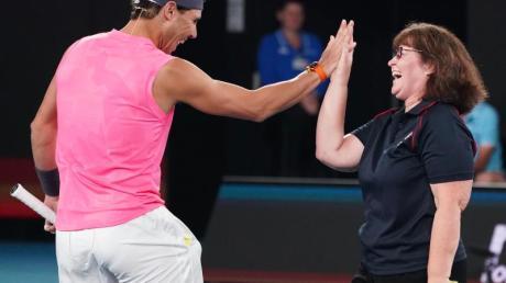 Tennisstar trat beim Benefizspiel zu Gunsten der Opfer der Buschbrände in Australien gemeinsam mit der Feuerwehrfrau Deb Boirg im Doppel an.