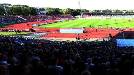 Der DFB-Pokal (hier das Spiel gegen Heidenheim) tut den Spatzen dank voller Zuschauerränge gut. In der Liga bleiben die meisten Sitze aber leer – das macht sich finanziell bemerkbar.