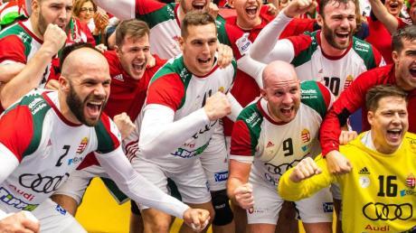 Die ungarischen Spieler feiern den Sieg über Island.