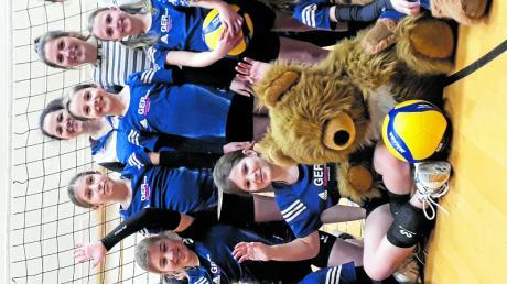 Der Volleyball-Nachwuchs des FSV Marktoffingen mit den Trainerinnen und diversen Glücksbringern.