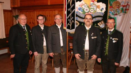 Die Alpenrose Grimolzhausen darf die Gaustandarte ein weiteres Jahr tragen. Es freuen sich (von links) 1. Gauschützenmeister Alois Helfer, Andreas Brunninger, Karl-Heinz Riepold, Jörg Zech und 2. Gauschützenmeister Markus Mayr.