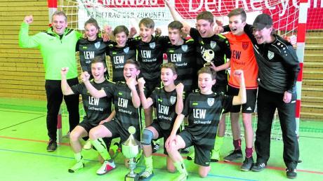 Die C-Junioren (U15) des TSV Nördlingen feierten ausgelassen den nicht mehr für möglich gehaltenen Turniersieg der Donau Futsal-Meisterschaften. Rechts Trainer Markus Leister, links Co-Trainer Werner Schmid.