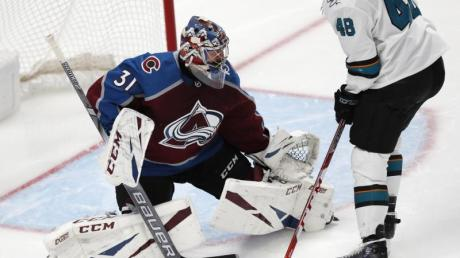 Avalanche-Torhüter Philipp Grubauer (l) zeigte gegen die San Jose Sharks 27 Paraden.