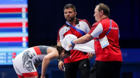 Christian Halbig (rechts) betreut die österreichischen Ringer bei ihren Wettkämpfen. Manchmal gehört auch einfach nur das Wedeln mit dem Handtuch dazu.