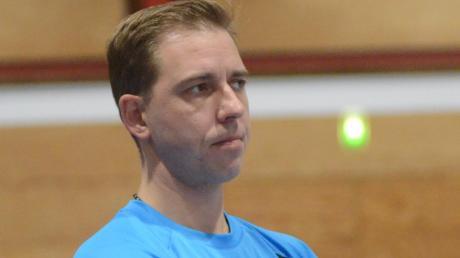 KSC-Trainer Janos Füsi blickt dem Spiel skeptisch entgegen.