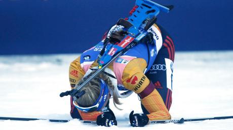 Am liebsten wäre sie wohl in irgendeinem Loch unter dem Schnee der Chiemgau Arena verschwunden: Vanessa Hinz vergab mit fünf Schießfehlern eine mögliche Podestplatzierung der deutschen Frauen-Staffel.
