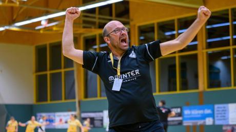 Mehr Emotion geht kaum: Schwabmünchens Damentrainer Holger Hübenthal bejubelt den Erfolg gegen Ingolstadt am vergangenen Wochenende. Gegen Marktoberdorf will er wieder jubeln.