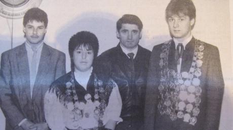 """Die Schützenkönige 1990 bei """"Tirol"""" Riedsend. Von links: Schützenbegleiter Christian Pickl, Jugendkönigin Ulrike Egger, Vorsitzender Konrad Mair und Schützenkönig Werner Mair."""