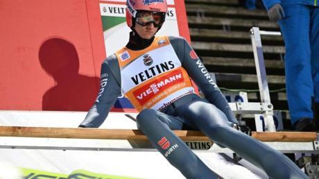 Der Vierschanzentournee-Dritte Karl Geiger will beim Heim-Weltcup in Titisee-Neustadt sein Gelbes Trikot verteidigen.
