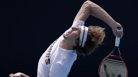 Australian open: Alexander Zverev geht zuversichtlich ins Traditions-Tennis-Turnier. Im Training hat er keine Probleme mit seinem Aufschlag.