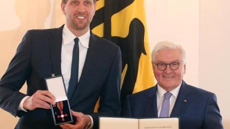 Bundespräsident Frank-Walter Steinmeier hatte Dirk Nowitzki Anfang Dezember in Berlin mit dem Bundesverdienstkreuz ausgezeichnet.