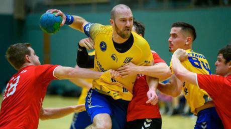 Schwabmünchens Kapitän Peter Bürgle (am Ball) konnte sich mit dem TSV Schwabmünchen am Ende doch noch deutlich gegen Aichach mit 30:24 durchsetzen.