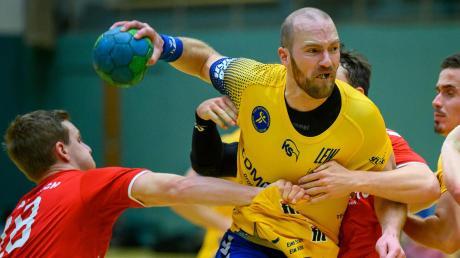 Der Durchsetzungskraft des TSV Schwabmünchen hatten die Handballer des TSV Aichach in der Schlussphase der Bezirksoberliga-Partie nichts mehr entgegen zu setzen. In der Bildmitte Schwabmünchens Kapitän Peter Bürgle, dem mit seinem Team ein 30:24-Heimerfolg gelang.