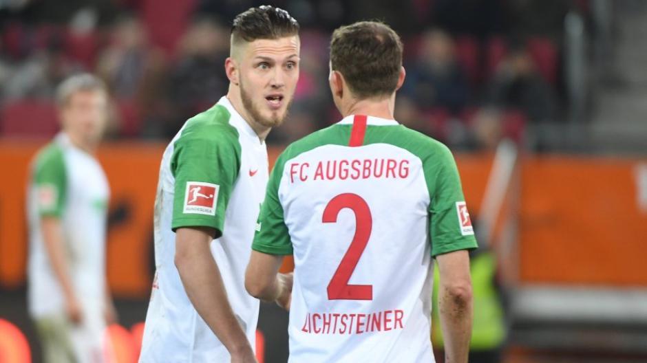 Es sieht nicht danach aus, dass Jefferey Gouweleeuw (links) Stephan Lichtsteiner am Samstag zum Abendessen eingeladen hat. Es gab nach der 3:5-Niederlage einiges zu besprechen.