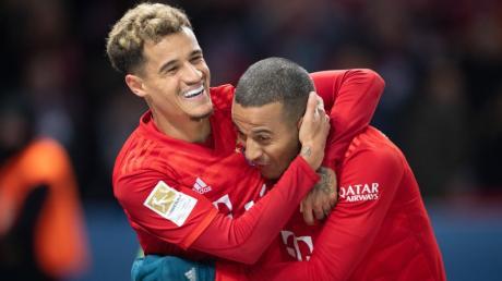 Die Bayern-Spieler Philippe Coutinho (links) und Thiago bejubeln das 3:0 gegen Hertha BSC.