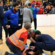 Ein Söflinger Spieler wurde von einer Flasche am Kopf getroffen, minutenlang auf dem Feld behandelt und dann mit dem Krankenwagen abtransportiert. An einer Fortsetzung des Endspiels war anschließend nicht mehr zu denken.