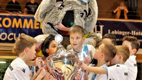 Der Nachwuchs der Löwen gewann am Sonntag beim U11-Eurocup den riesigen Pokal. Der aktiven Mannschaft des TSV 1860 München sind vergleichbare Glücksmomente eher selten vergönnt.