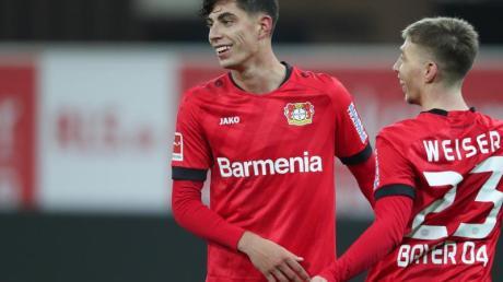 Torschütze Kai Havertz (l) gehörte beim 4:1-Sieg der Werkself in Paderborn zu den Matchwinnern.