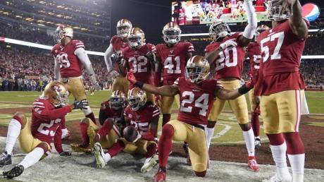 Die Spieler der San Francisco 49ers jubeln während des Spiels gegen die Green Bay Packers.