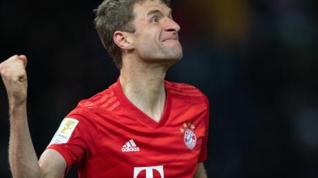 Thomas Müller (M) fühlt sich als Zuschauer derzeit auch von Partien der Konkurrenz in der Bundesliga bestens unterhalten.