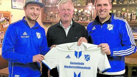 Die sportliche Leitung des SV Feldheim, Sport-Vorstand Stefan Mahl (rechts) und Abteilungsleiter Marco Schütt (links) präsentieren den Trainer für die Rückrunde: Robert Leinfelder.