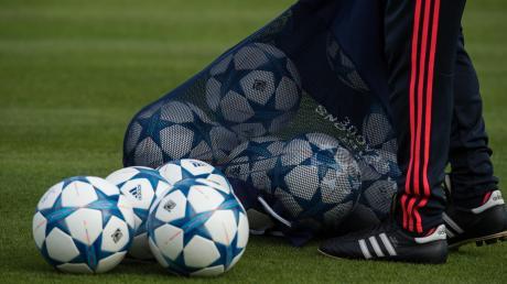 In wenigen Tagen beginnt für die Fußballmannschaften aus der Region die Vorbereitung auf die Restsaison. Die Trainingsbälle liegen schon bereit.