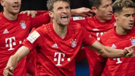 Thomas Müller (M) feiert seinen Treffer zum 1:0 gegen Hertha.