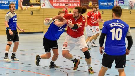 Für die Landsberger Handballer (am Ball Alexander Schwarz) wird es in der Bezirksoberliga eng. Sie rutschen auf den vorletzten Platz ab.