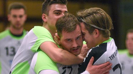 Nach den anfänglichen Schwierigkeiten drehte der TSV Bäumenheim (mit Matthias Klement, Mitte) voll auf und führte zur Pause mit vier Toren Vorsprung. Die Freude währte nicht lange, denn Augsburg schlug zurück.