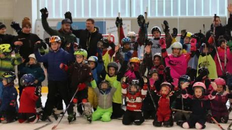 Ungefähr 40 Buben und Mädchen zwischen vier und zwölf Jahren kamen zum Eishockey-Tag des ESV Burgau.
