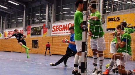Sebastian Hertle (links) hat die Lücke gefunden und schießt die A-Junioren des TSV Nördlingen zum schwäbischen Hallentitel.