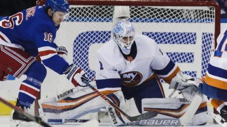 Islanders-Goalie Thomas Greiss (M) kam im New Yorker Derby gegen die Rangers auf 40 Paraden.
