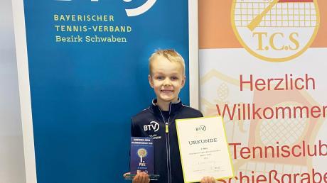 Stolz präsentiert Niklas Weinig Urkunde und Glastrophäe für den Gewinn der schwäbischen Meisterschaft in der Altersklasse U9.