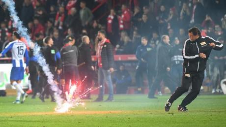 Während des Derbys zwischen Union Berlin und Hertha BSC kam es zu schweren Zwischenfällen.