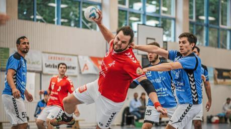 Zu Hause setzten sich die Landsberger Handballer (am Ball Alexander Schwarz) deutlich mit 24:15 gegen Herrsching II durch. Jetzt muss auch auswärts ein Sieg her.