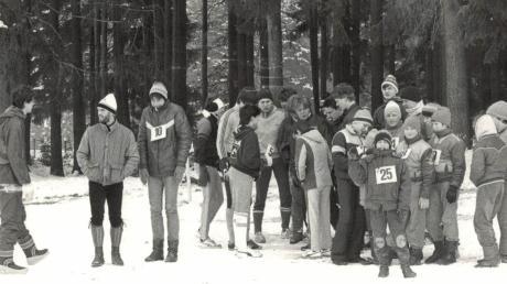 """Üben für das große Rennen: 1986, als der Winter noch ein Winter war, probten Mitglieder der LG Zusam den ungewohnten Massen-Zieleinlauf für die deutsche Crossmeisterschaft. Mitte Februar 2020ist """"Bayerische"""" in Buttenwiesen."""