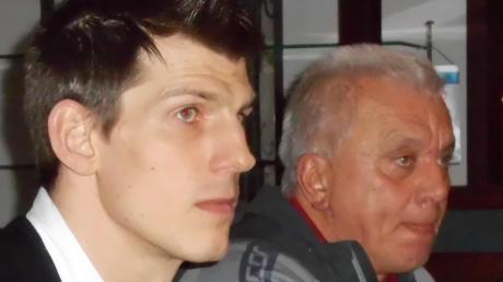 Josef Kigle (rechts) stellte den künftigen Aindlinger Trainer Christian Adrianowytsch vor.