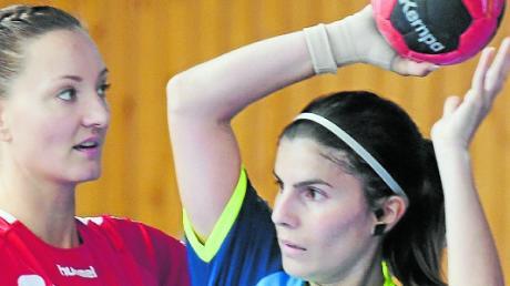 Im Hinspiel Stützen ihrer Teams: Leipheims Spielgestalterin Cansu Celik (am Ball) und Evelyn Jorga.