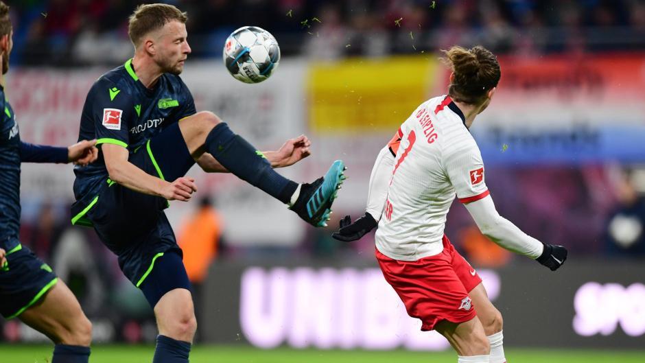 Marvin Friedrich (am Ball) behauptet sich in der Bundesliga gegen die besten Angreifer (rechts Leipzigs Marcel Sabitzer). Im Trikot von Union Berlin fühlt sich Friedrich wohl.