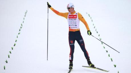 Vinzenz Geiger feiert im Ziel den zweiten Platz der deutschen Kombinierer.