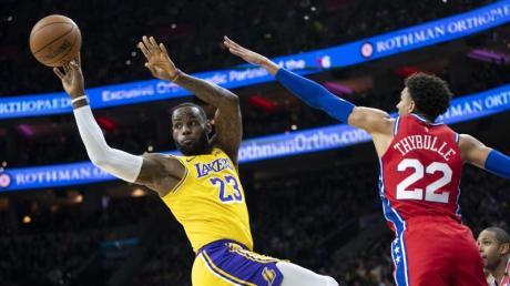 LeBron James (l) ist nun drittbester Scorer der NBA-Historie.