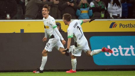 Florian Neuhaus (links, rechts Patrick Herrmann) bejubelt seinen Treffer zum 3:1.